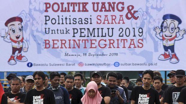 Sejumlah anggota Panwaslu mengikuti deklarasi tolak politik uang dan SARA di Lapangan Ahmad Kirang, Mamuju, Sulawesi Barat. (ANTARA FOTO/Akbar Tado)