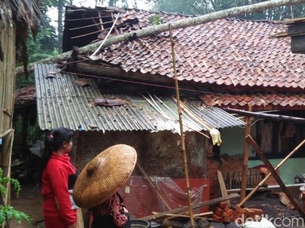 Puluhan Rumah di Sukabumi Tersapu Badai Siklon Tropis