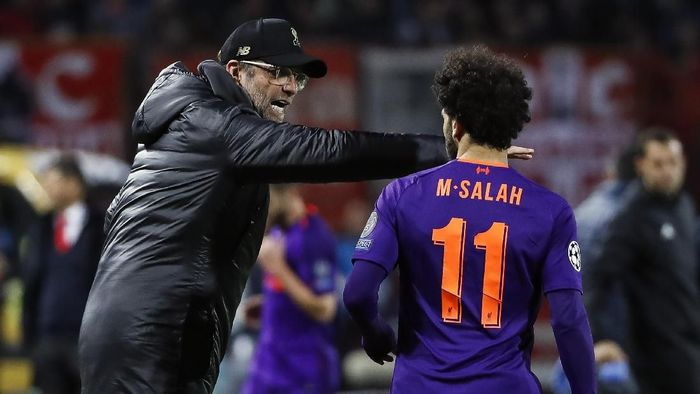 BELGRADE, SERBIA - NOVEMBER 06: Manager Jurgen Klopp (L) of Liverpool speaks with the Mohamed Salah (R) during the Group C match of the UEFA Champions League between Red Star Belgrade and Liverpool at Rajko Mitic Stadium on November 06, 2018 in Belgrade, Serbia. (Photo by Srdjan Stevanovic/Getty Images)