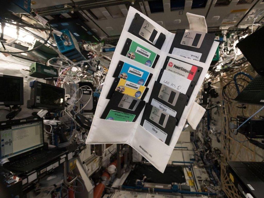 Kok Banyak Disket Jadul di Stasiun Luar Angkasa Internasional?
