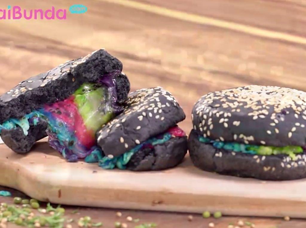 Resep Burger Hitam Rainbow Cheese, Tampilan Unik Warna Menarik