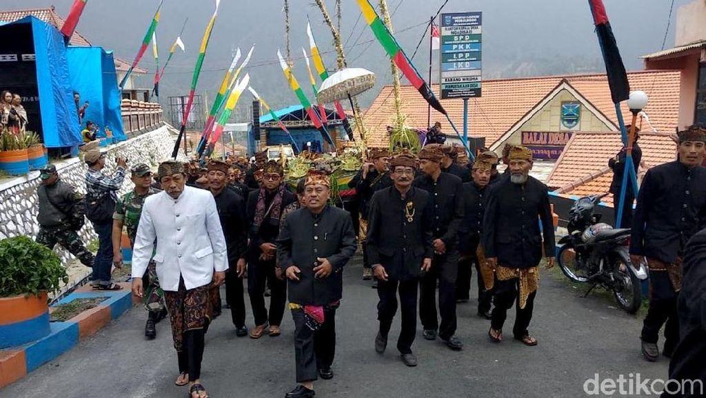Melihat Upacara Unan-unan Suku Tengger di Kaki Gunung Bromo