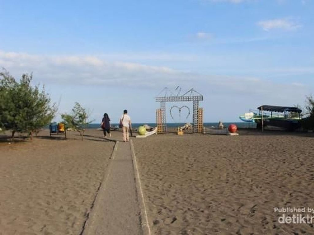 Mengunjungi Pantai Cemara Banyuwangi