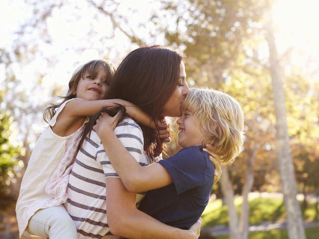 Foto-foto Trik Kreatif Orangtua untuk Menghibur Anak Saat #dirumahaja