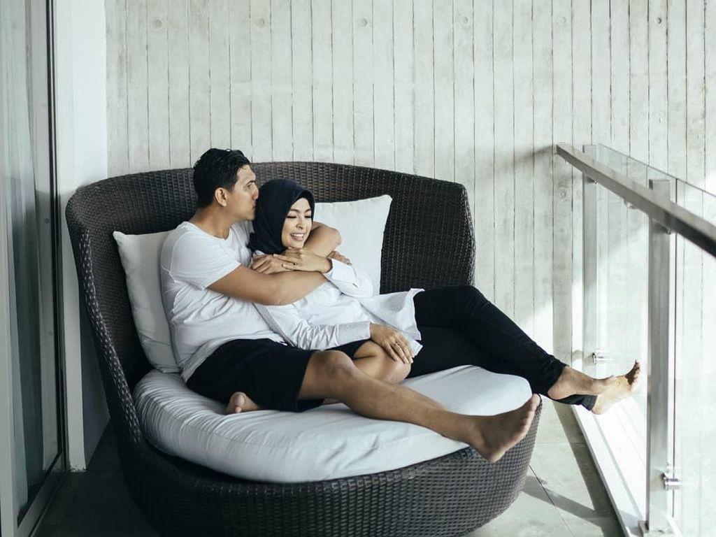 Romantisnya Tantri Kotak dan Suami Bikin Baper