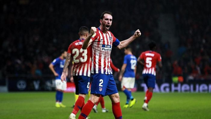 Bek Atletico Madrid Diego Godin kontraknya juga habis musim panas 2019. Sampai saat ini ia belum menandatangani kontrak baru. Foto: Gonzalo Arroyo Moreno/Getty Images
