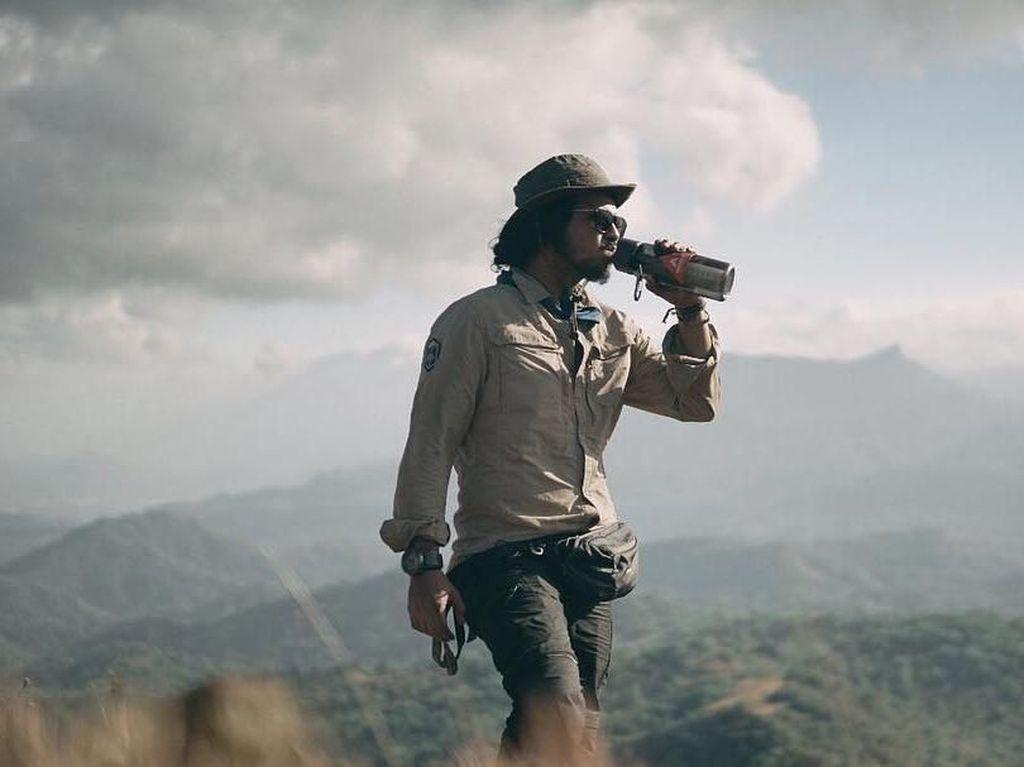 Intip Ramon Tungka Minum Kopi Bajawa  Ditemani Pemandangan Ciamik