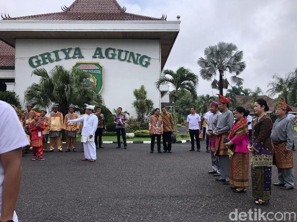 Jokowi Diberi Gelar Rajo Balaq Mangku Nagara, Iriana Ratu Indoman