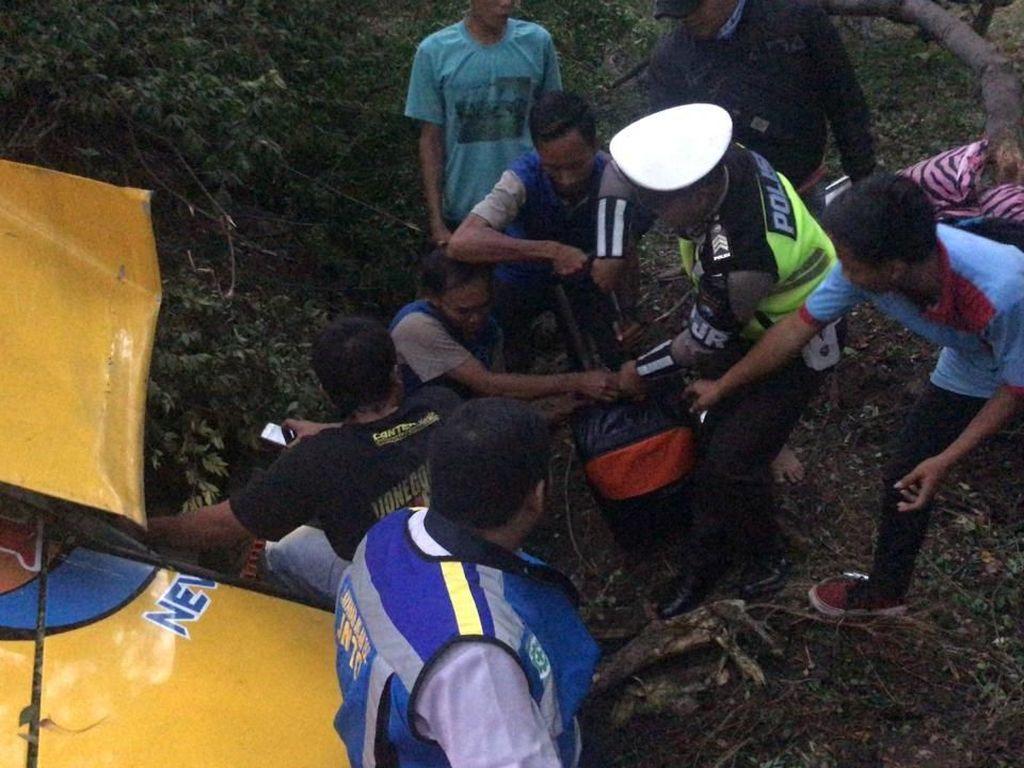 Bus Surabaya-Sumenep Terguling di Tol Waru, 6 Penumpang Luka