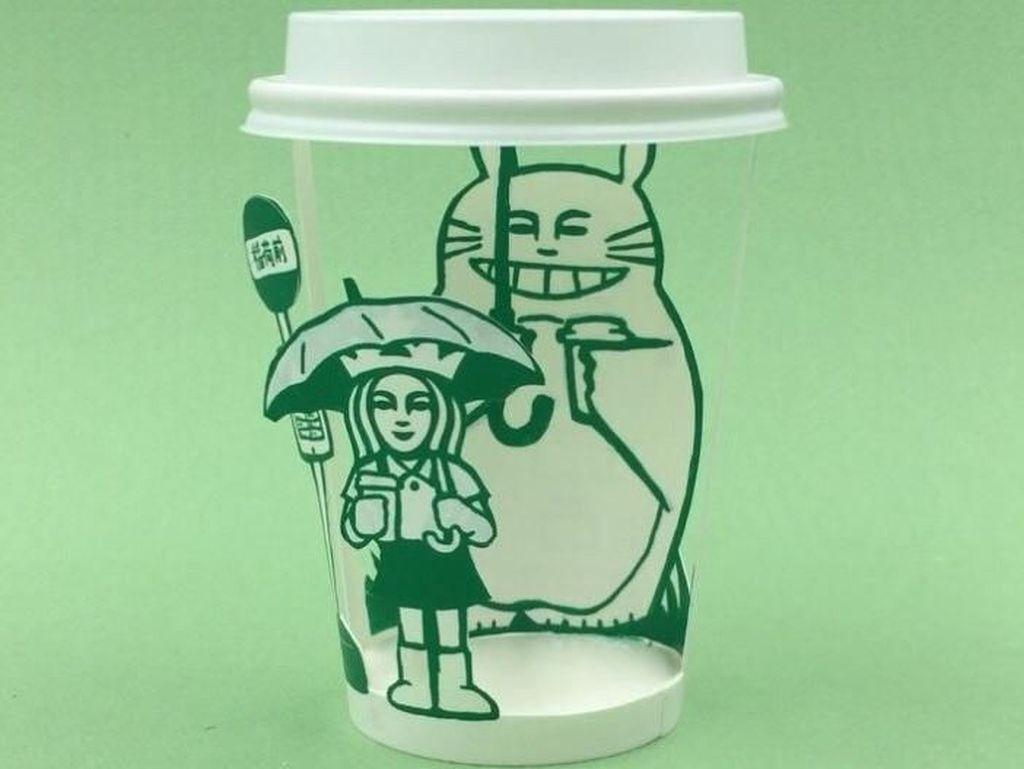 Keren! Ilustrator Ini Bikin Adegan My Neighbor Totoro di Cup Starbucks!