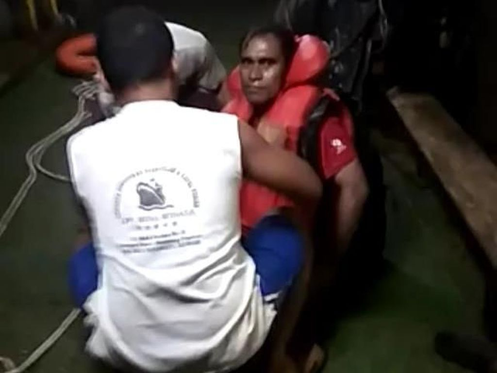 Detik-detik Evakuasi 7 ABK Kapal Barang yang Tenggelam di Selat Bali