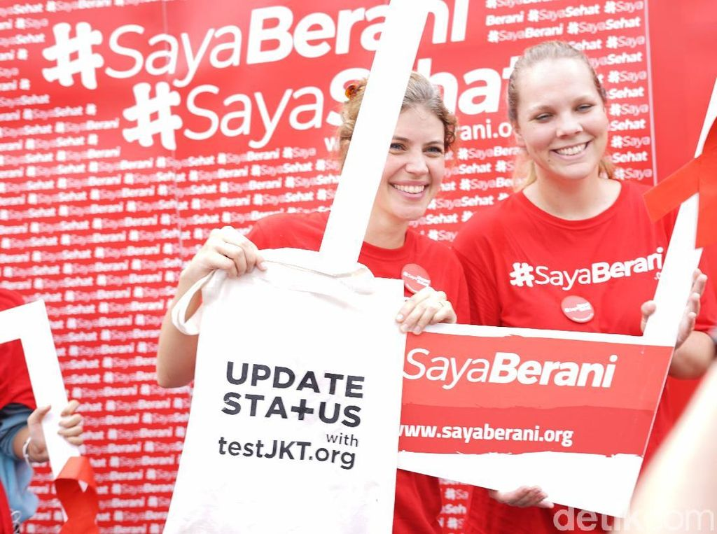 Serba Merah di CFD Peringati Hari AIDS Sedunia