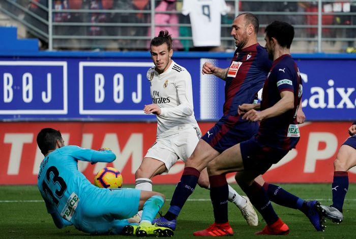 Real Madriddibekap Eibardalam lanjutan Liga Spanyol, Sabtu (24/11/2018). Hasil yang diluar dugaan bagi El Real. Foto: Reuters