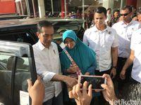 Berdiri di Sisi Mobil, Jokowi Diajak Warga Foto Bareng Bergiliran