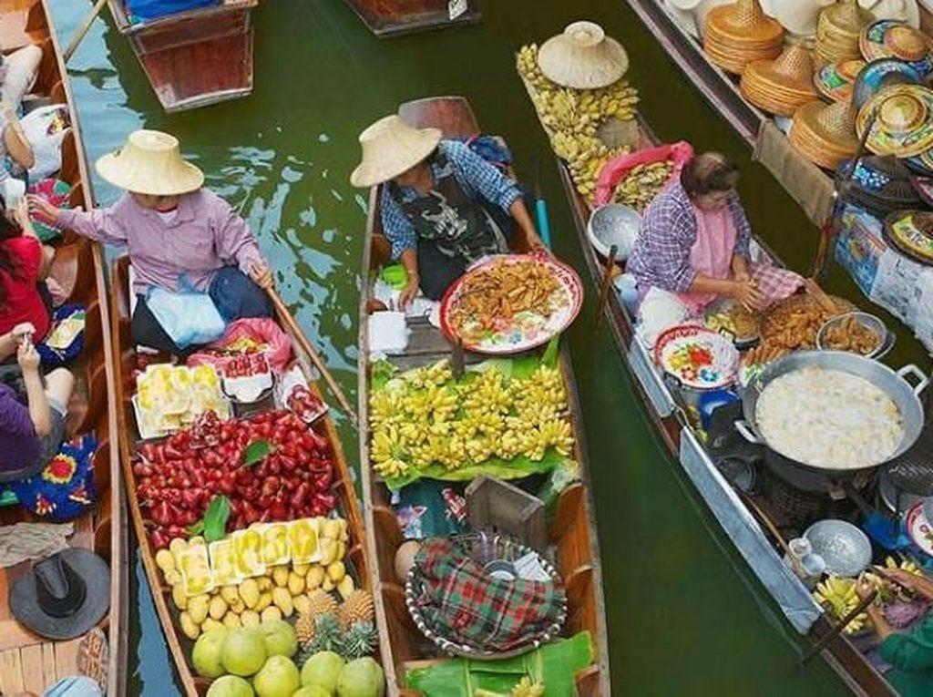 Serunya Makan Sambil Belanja di Dannoen Saduak Floating Market