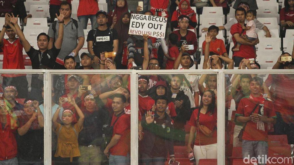 Suporter di GBK: Mendukung Timnas, Mendesak Edy Out