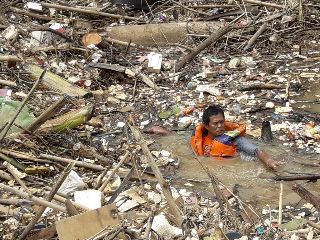 Pasukan Katak DLH Bekasi Angkut Sampah Bambu dari Bendungan Koja