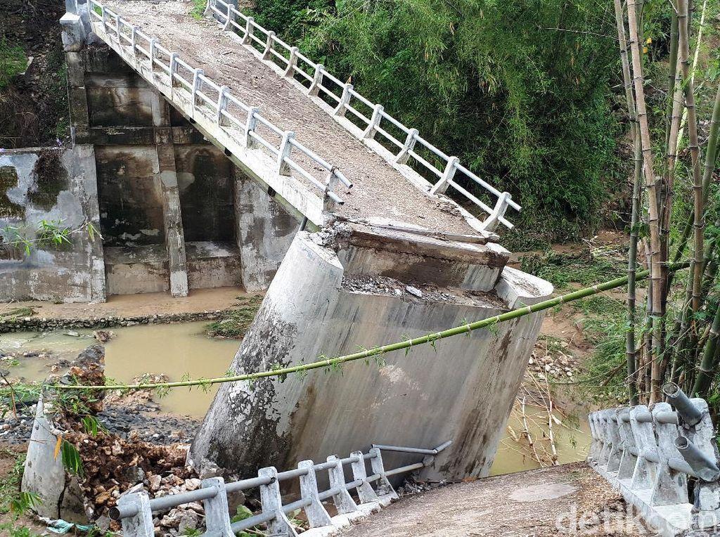 Jembatan di Bojonegoro Ini Ambruk Akibat Banjir Bandang