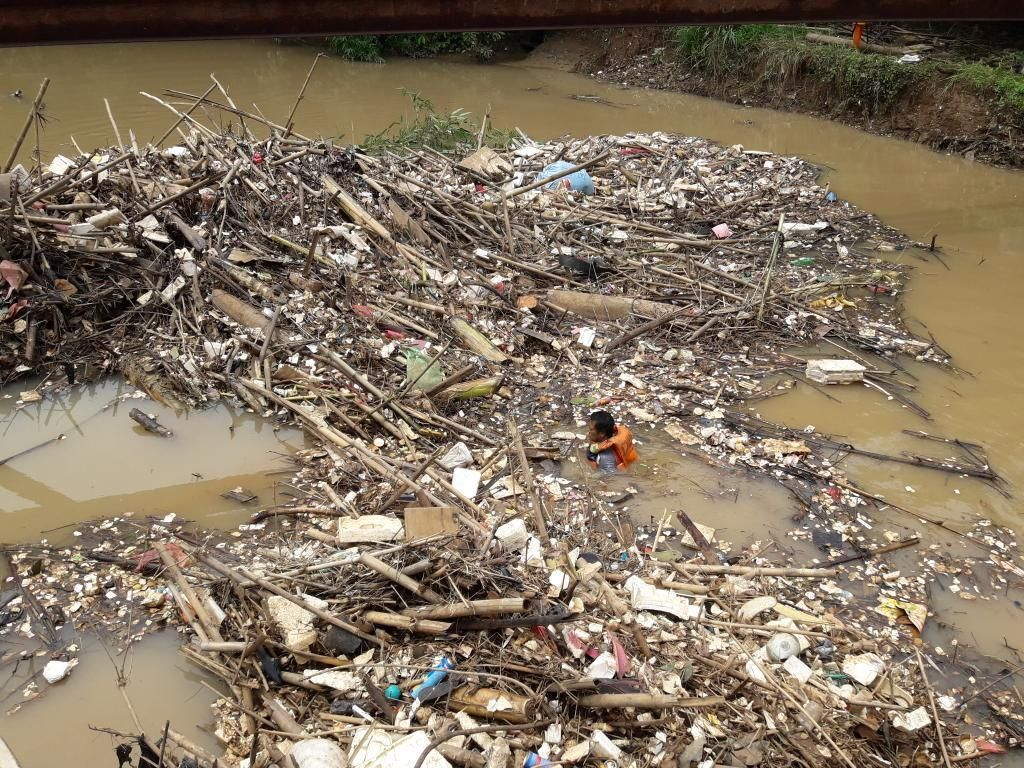 Jorok, Hamparan Sampah Bambu Kotori Bendungan Koja Bekasi
