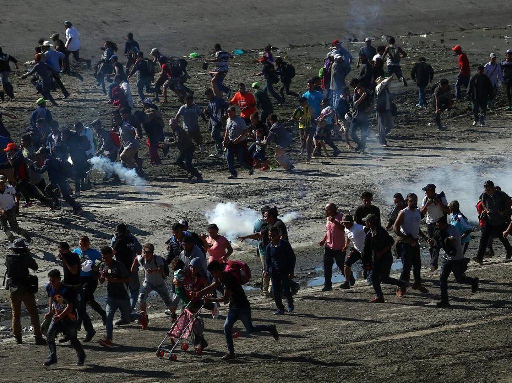 Imigran Ilegal Terobos Perbatasan, AS Tembakkan Gas Air Mata
