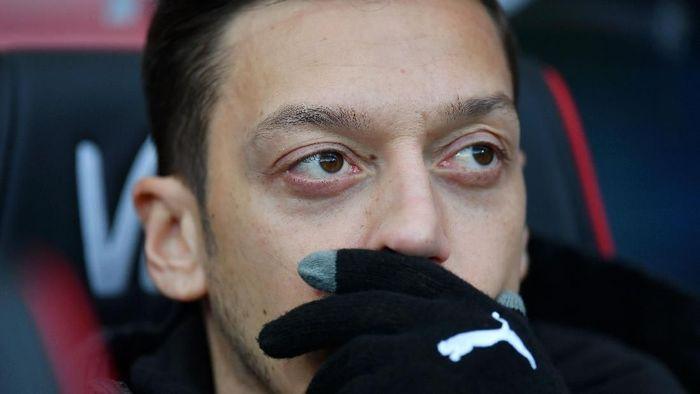Mesut Oezil tidak dibawa Arsenal saat tumbang 0-1 dari West Ham United. (Foto: Dan Mullan/Getty Images)