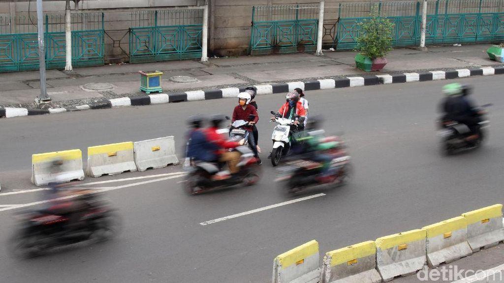 Kebangetan! Aksi Nekat Lawan Arah Pemotor di Senen
