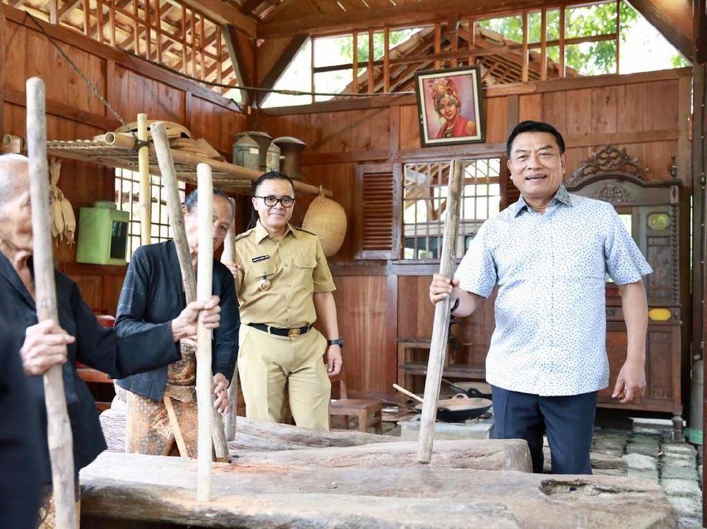 Tengok Serunya Moeldoko Main Musik Lesung dan Ngopi di Banyuwangi