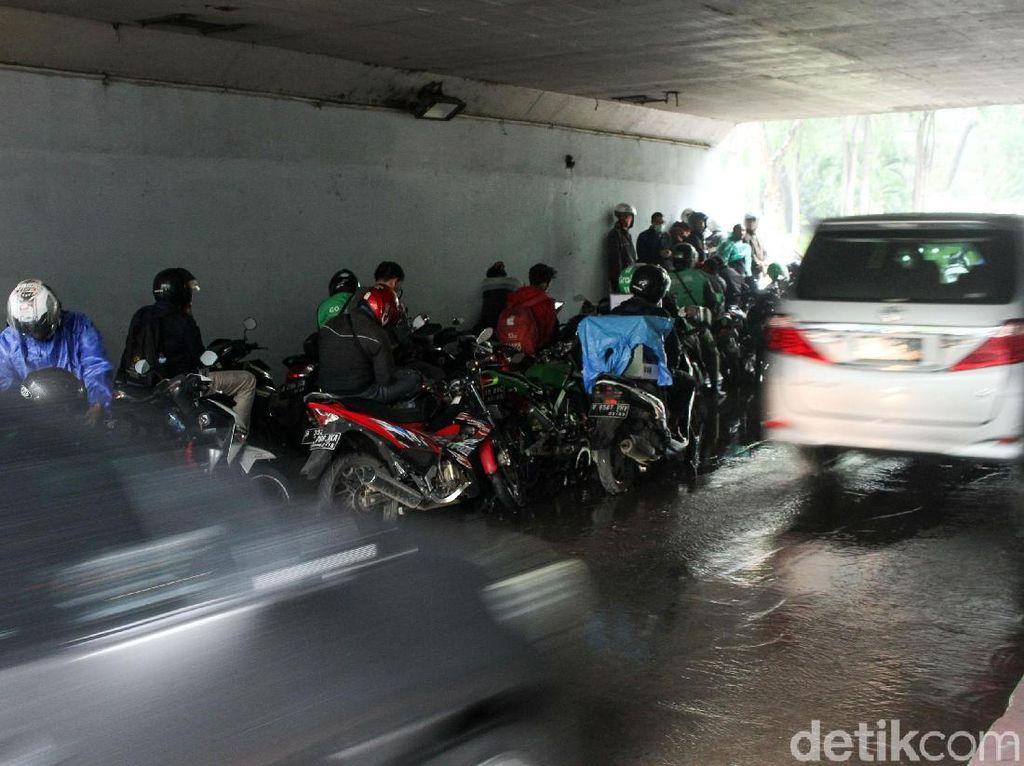 Hujan, Kolong Semanggi Jadi Tempat Berteduh Pemotor