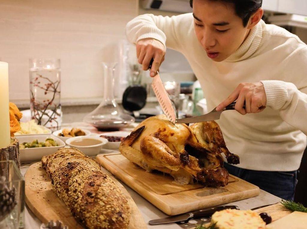 Manisnya Henry Lau Saat Masak Kalkun hingga Suapi Sang Ibu