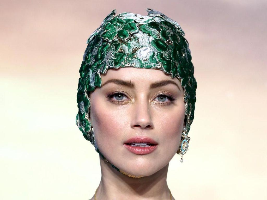 Datang ke Premier Aquaman, Amber Heard Pakai Topi Renang dan Gaun Couture