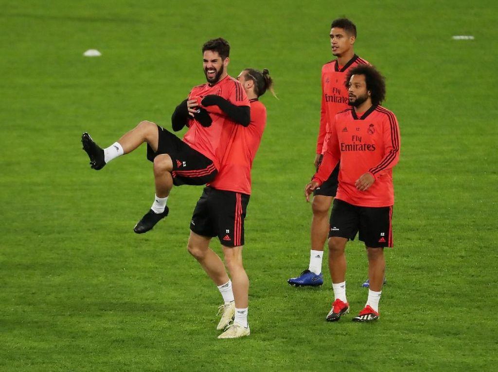 Senyum Pemain Real Madrid di Kandang Serigala