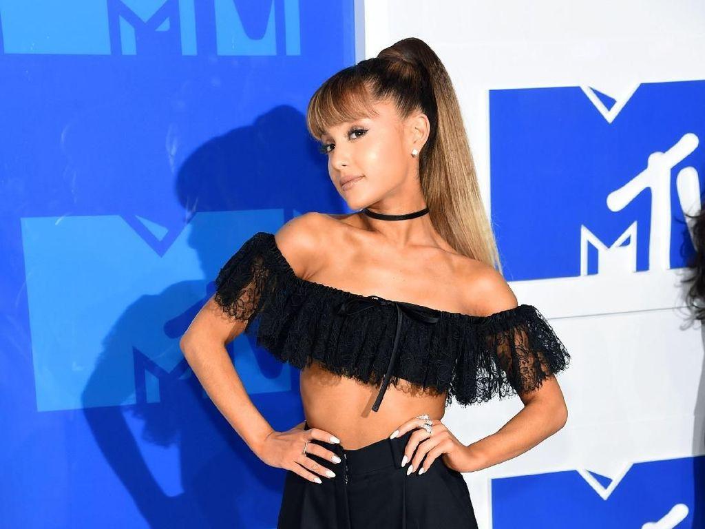 Kompak Banget! Ariana Grande Bikin Tato Bareng Nenek