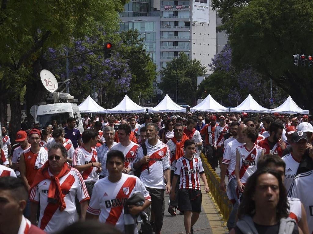 Jangan Ditiru! Suporter River Plate Selundupkan Flare di Perut Anak-anak