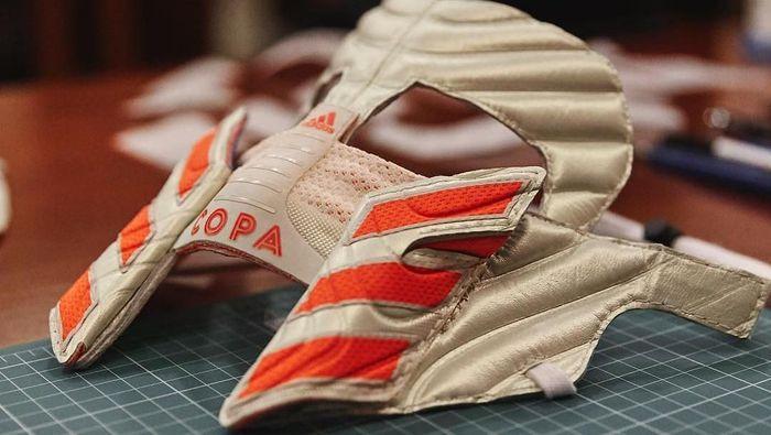 Adidas meluncurkan topeng Paulo Dybala untuk peluncuran sepatu Copa 19. (Foto: Instagram @zhijunwang)