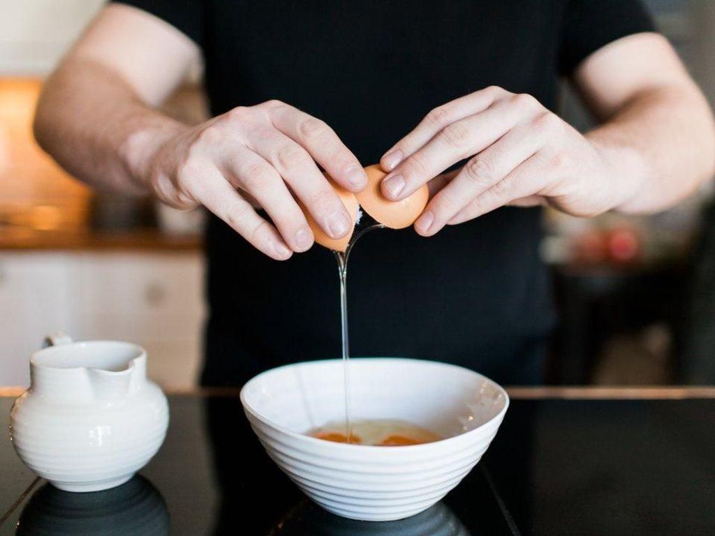 Ini 4 Cara Memecahkan Telur yang Praktis dan Efisien