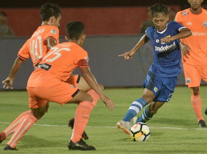 Pesepak bola Persib Bandung U-19 Beckham Putra Nugraha (kanan) berebut bola dengan pesepak bola Persija Jakarta U-19 Hamra Hehanusa (kiri) dan Adhe Owen (tengah) saat pertandingan Final Liga 1 U-19 di Stadion Kapten I Wayan Dipta, Gianyar, Bali, Senin (26/11/2018). ANTARA FOTO/Fikri Yusuf/ama.