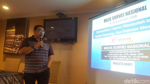 Direktur Eksekutif Median, Rico Marbun, saat menyampaikan hasil survei Pilpres 2019