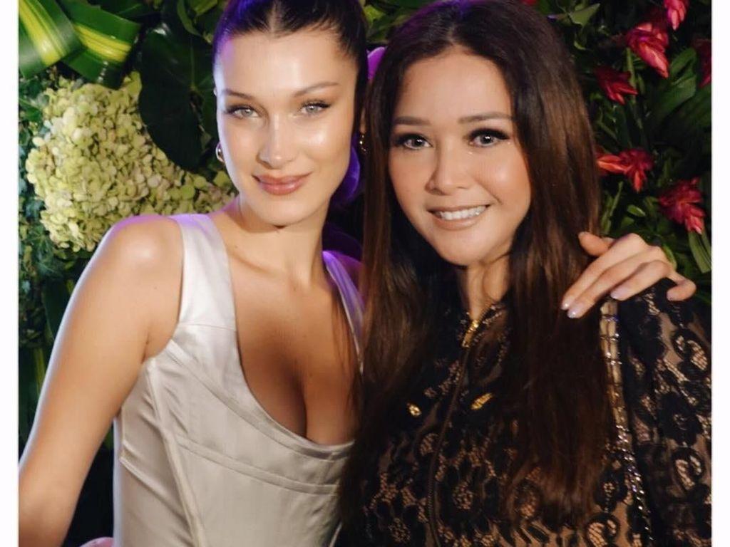 Maia Estianty dan Bella Hadid Akrab, Kompak Pakai Makeup Nuansa Nude
