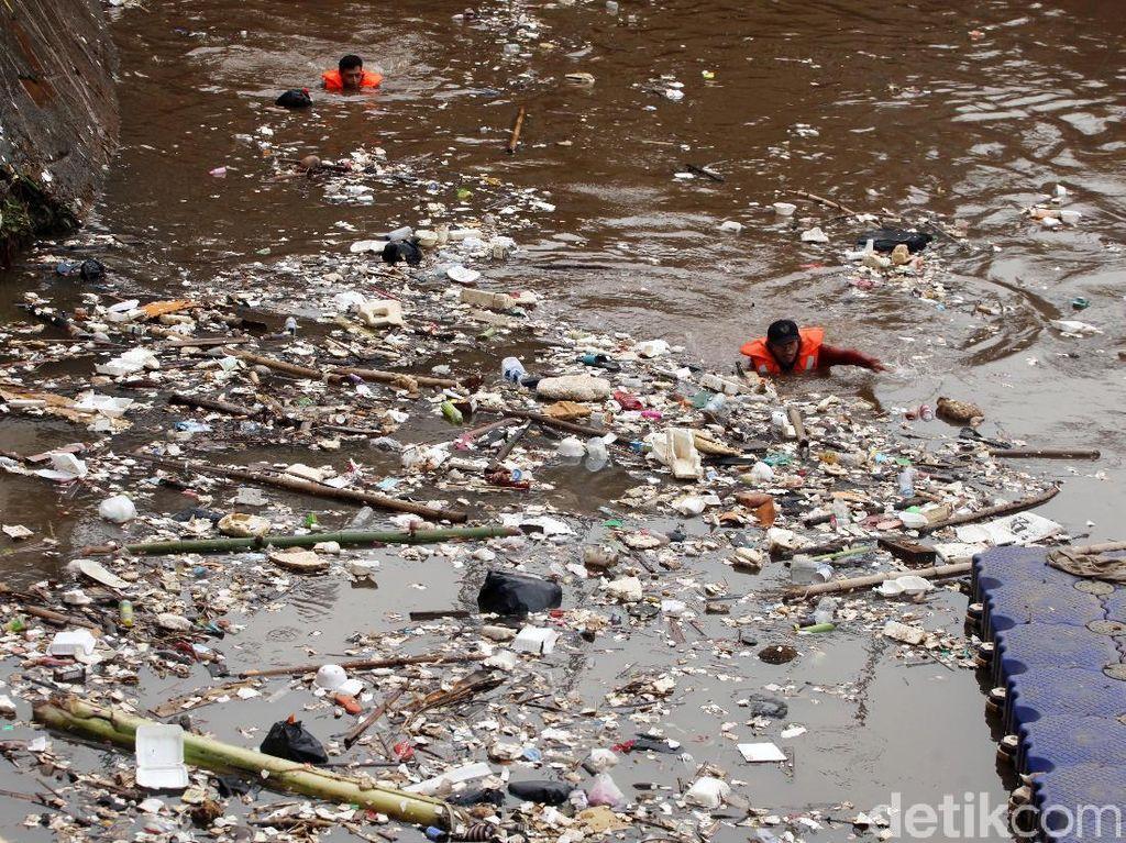 Sampah Penuhi Pintu Air Manggarai