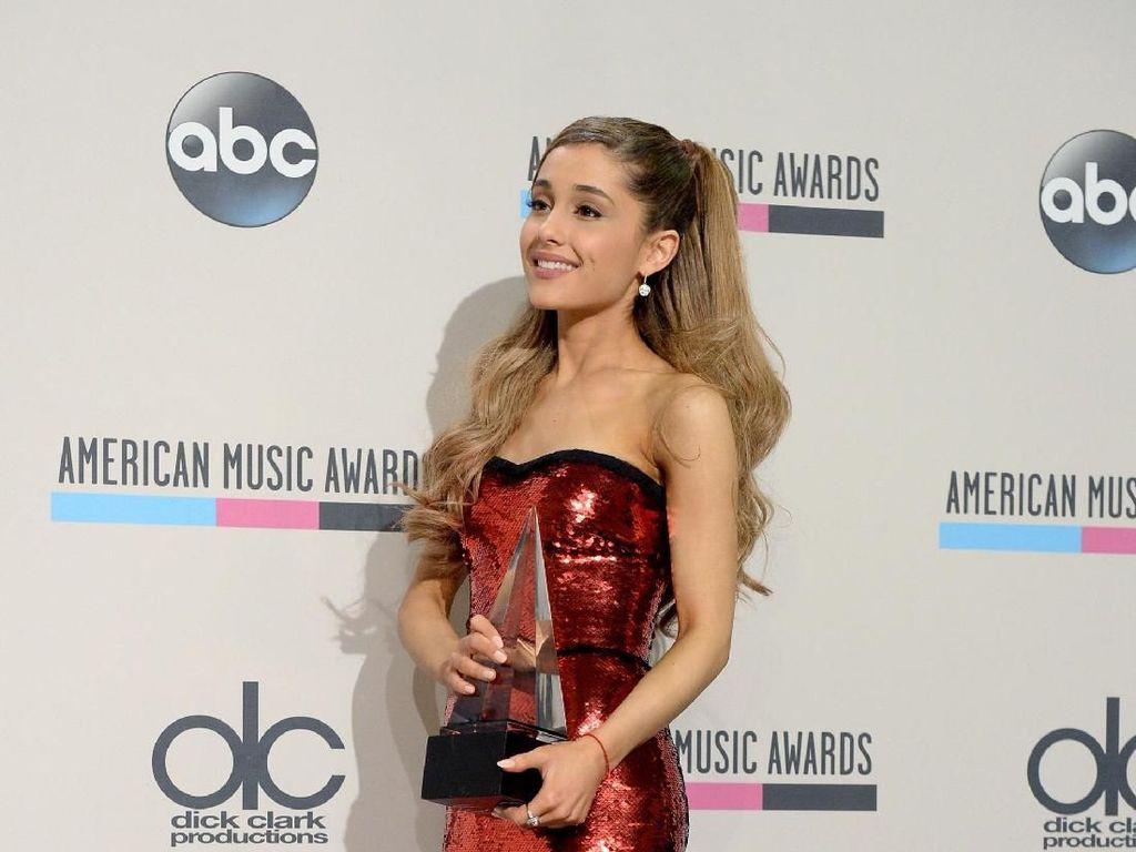 Konser Pernah Diserang Bom, Ariana Grande Minta Penonton Pakai Tas Transparan