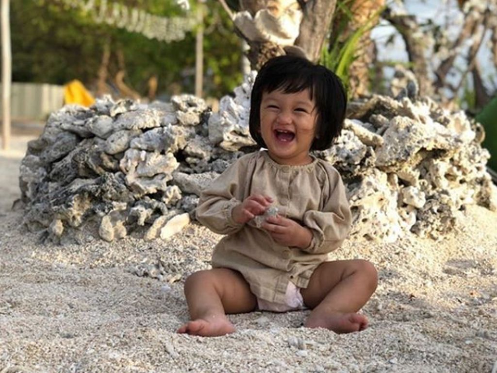 Salma Jihane, Putri Kecil Rio Dewanto yang Gemar Baca Buku