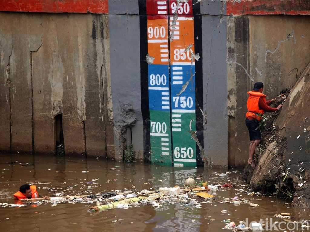 Pintu Air Pasar Ikan Jakarta Utara Siaga III
