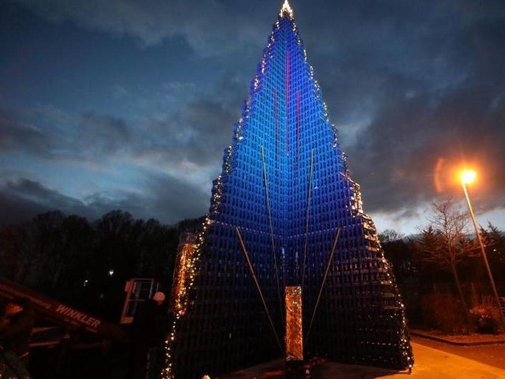 Pohon Natal 18 Meter dari Krat Minuman Pecahkan Rekor Dunia