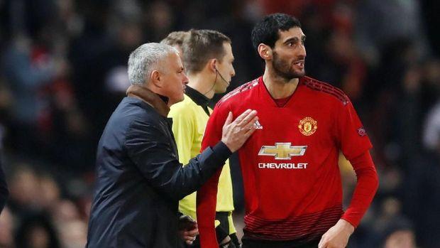 Jose Mourinho dan Marouane Fellaini berbincang di sela-sela pertandingan antara Manchester United dan Young Boys.