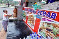Inspiratif! Pria Kerdil Ini Raup Rp 27,6 Juta Per Hari dari Jualan Kebab