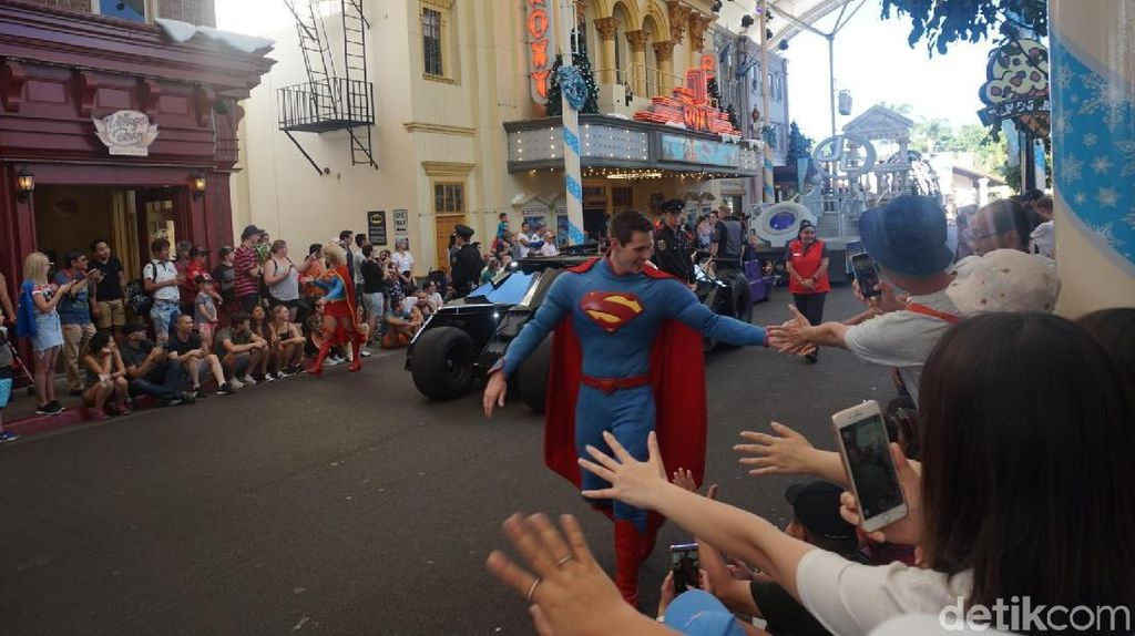 Foto: Bahagia Itu Salaman Sama Superman & Foto Bareng Catwoman