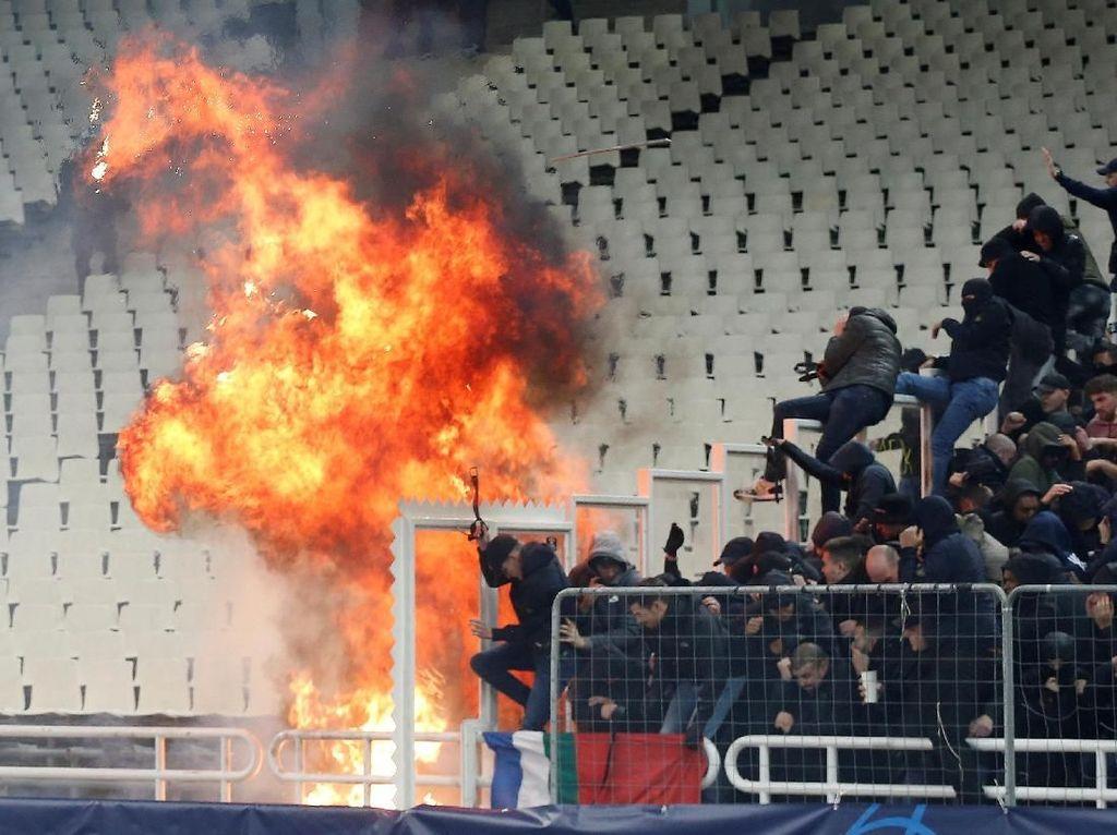 Brutal, Bentrok Suporter AEK Athens Vs Fans Ajax