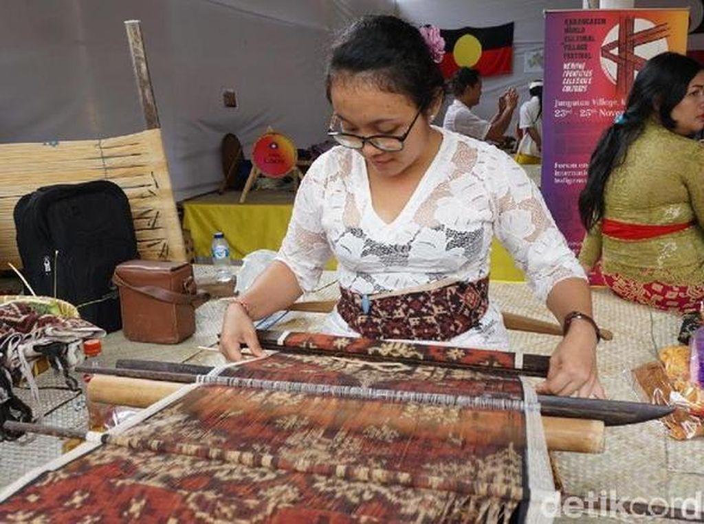 Tenun Tradisional RI Tiarap Digempur Produk Impor