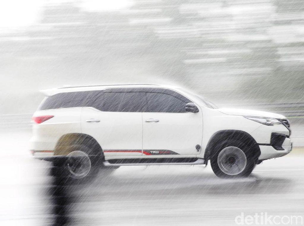 Cara Cek Kondisi Ban Mobil Masih Layak Pakai atau Tidak di Musim Hujan