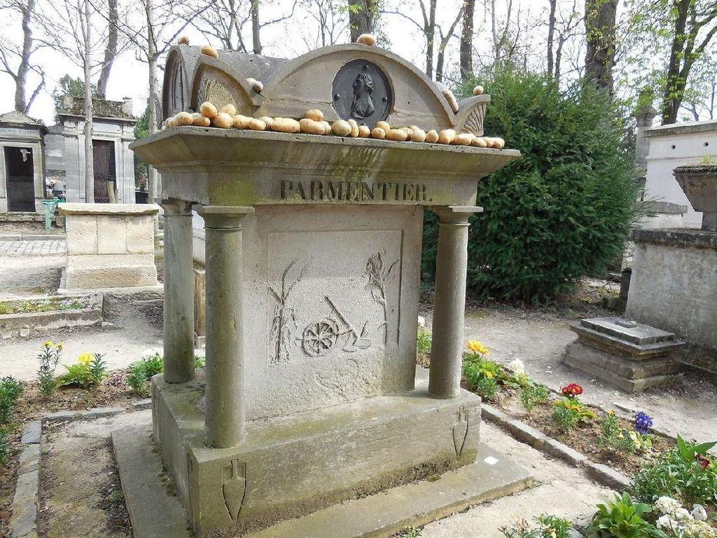 Makam Dari Abad 19 Ini Dipenuhi Kentang yang Ditinggalkan Pengunjung